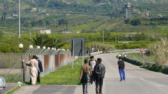 Catania, in rivolta i migranti del Cara di Mineo: bloccata l