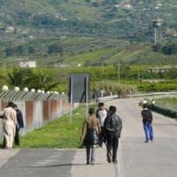 Catania, alta tensione al Cara di Mineo dopo i tagli: i migranti bloccano la statale per...