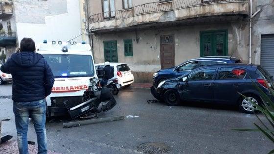 Nel Palermitano un'ambulanza si scontra con un'auto: 2 feriti