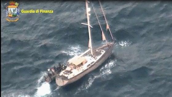 Ragusa, barca a vela con 11 tonnellate di droga. Blitz della Finanza in alto mare, fermati due bulgari
