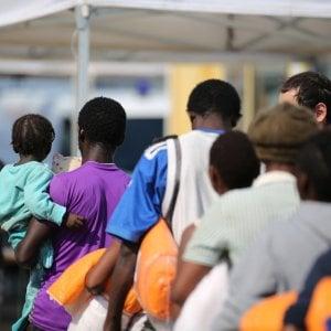 Pochi vestiti ai minori migranti e pulci nei letti: blitz fra Catania e Gela, 12 arresti