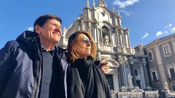 Gianni Morandi, compleanno sull'Etna con la moglie: il cantante festeggia 74 anni