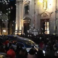 Paternò, palloncini bianchi e silenzio ai funerali di madre e figli uccisi