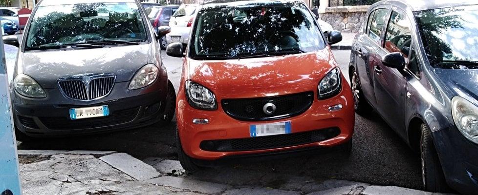 Palermo, gli scivoli per disabili occupati dalle auto: le foto