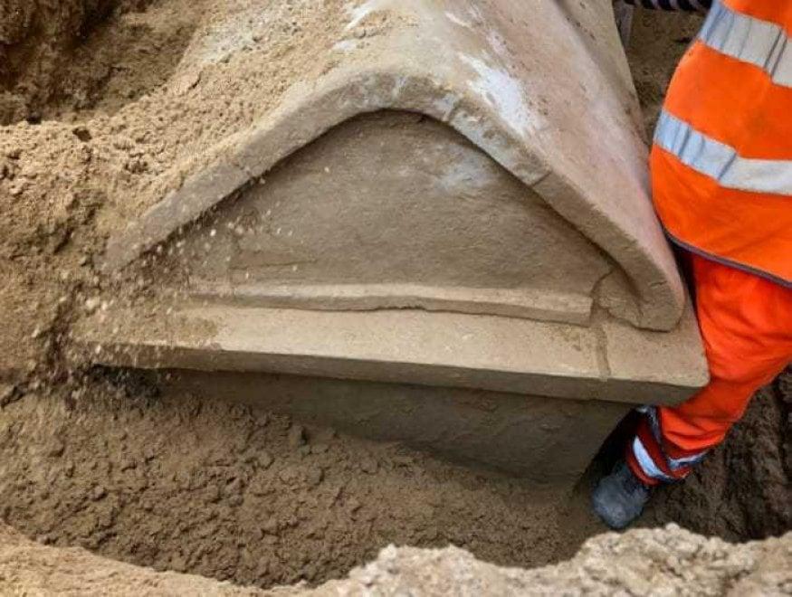 Gela, durante gli scavi per la rete idrica spunta un sarcofago di 2.500 anni fa