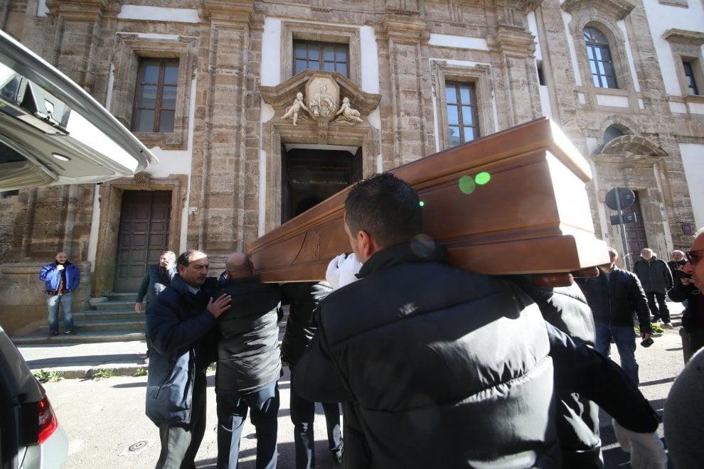 Palermo: folla e commozione ai funerale laico di Aldo, clochard ucciso nel sonno