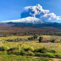 Catania: l'eruzione sull'Etna, uno spettacolo di neve, lava e fumo
