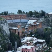 Taormina fiabesca: il teatro antico imbiancato dalla neve