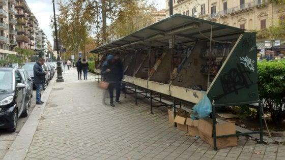 Palermo, il Comune sfratta le bancarelle di libri da via Libertà. Ma fa marcia indietro dopo le polemiche
