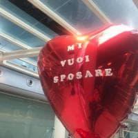 Catania, le fa la proposta di matrimonio all'aeroporto: lei dice di no e