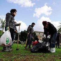 Palermo, lo spazzino non passa più: i residenti puliscono le strade