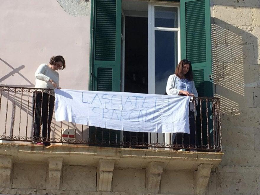 """Siracusa, lenzuoli ai balconi per i migranti a bordo di Sea Watch: """"Lasciateli sbarcare"""""""