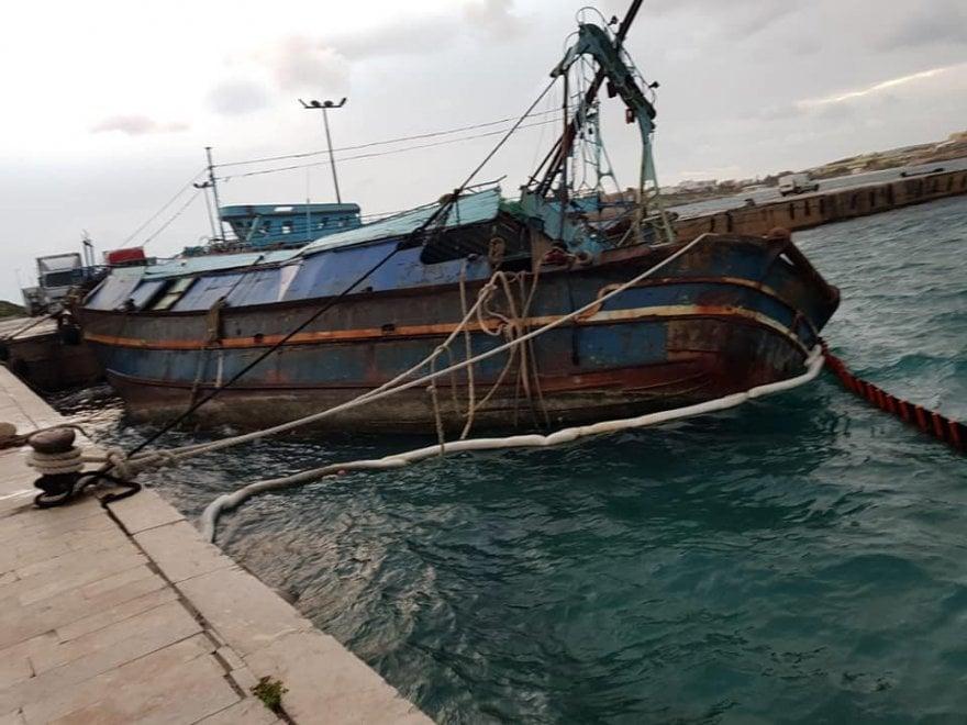 """Lampedusa, la nave dei migranti sta affondando. Il sindaco: """"Rischio di disastro ambientale"""""""