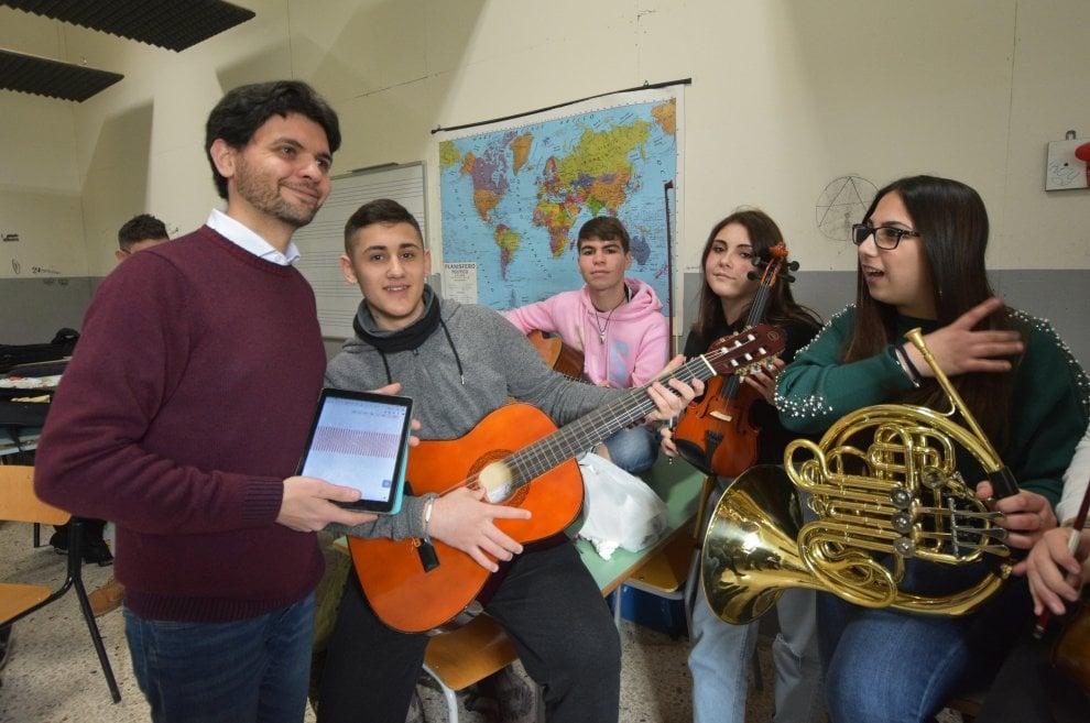 """Palermo, viaggio tra i """"prof geniali"""": ecco il docente che insegna la matematica con la musica"""