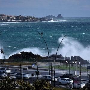 Maltempo, tre ragazzi dispersi ad Acireale: la loro auto travolta da un'onda