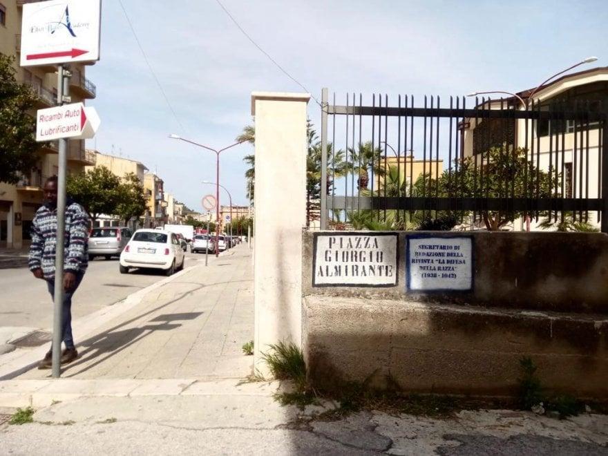 """Castellammare del Golfo, scritte contro Almirante, nella via intitolata a lui. """"Era redattore de 'La difesa della razza'"""""""