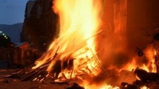 Palermo, sassaiola contro i pompieri mentre spengono una 'vampa' a Ballarò