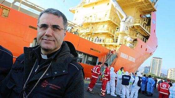 """Migranti, il vescovo di Palermo Lorefice incontra Casarini: """"Sono con voi della nave Mare Jonio"""""""