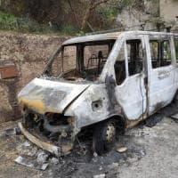 Sutera, bruciato il pulmino del centro modello per richiedenti asilo
