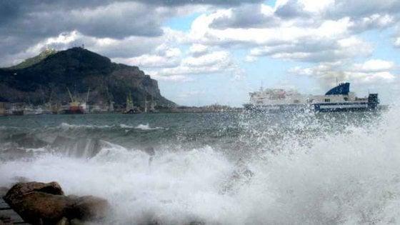 Palermo, il vento spazza via tettoie e verande: fermi i traghetti per Ustica, le Eolie e le Egadi