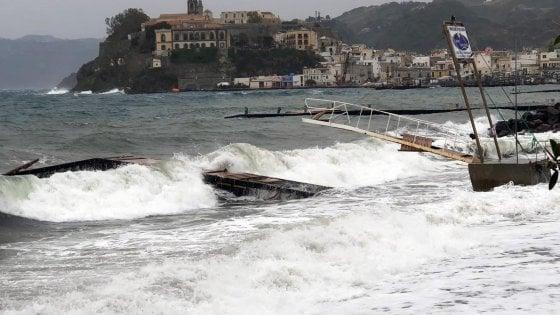 Sicilia, ripresi i collegamenti con le Eolie. Due traghertti attraccati a Lipari