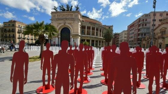 Primo Maggio, le sagome dei morti sul lavoro davanti al teatro Politeama