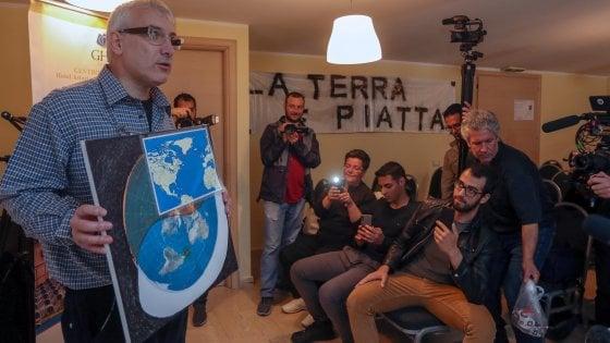 """Palermo, """"la terra è piatta e il sole gira a spirale"""". Ma al raduno più curiosi che convegnisti"""