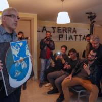 """Palermo, """"la terra è piatta e il sole gira a spirale"""". Ma al raduno più curiosi che..."""