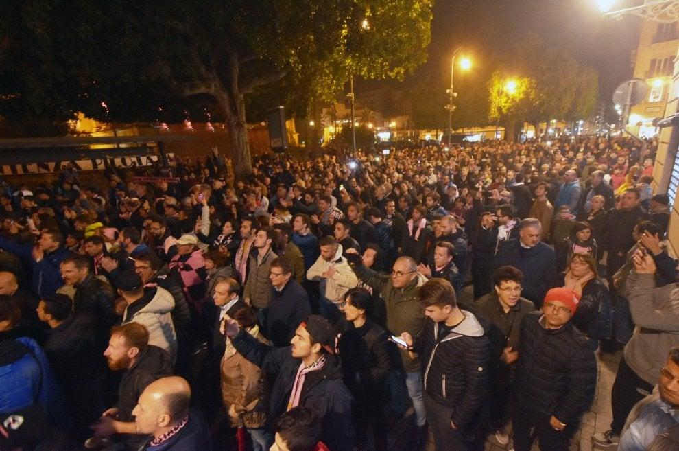 Palermo, duemila tifosi in piazza contro la retrocessione