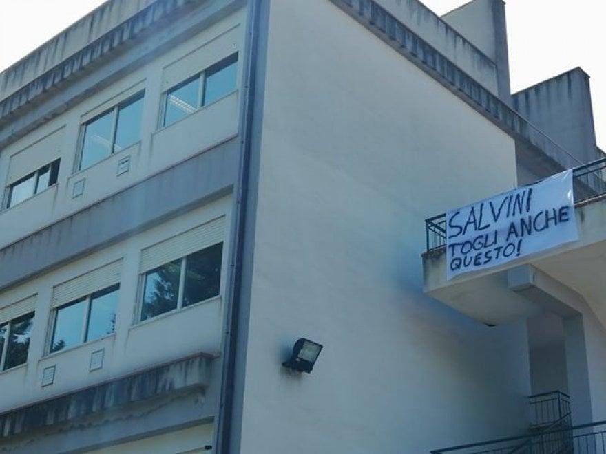 """""""Salvini, togli anche questo"""": striscione di protesta contro il ministro al liceo di Corleone"""