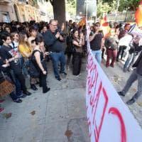 Prof sospesa: gli studenti protestano davanti alla Prefettura di Palermo