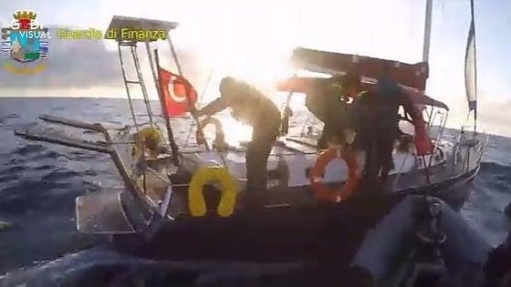 Marettimo, una barca a vela carica di droga. La Finanza sequestra 5 tonnellate di hashish