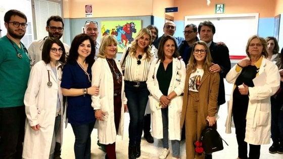 Palermo, la mamma di Chiara Ferragni legge favole ai bambini malati