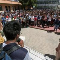 Prof sospesa, mobilitazione in tutta Italia: lettura a voce alta degli articoli