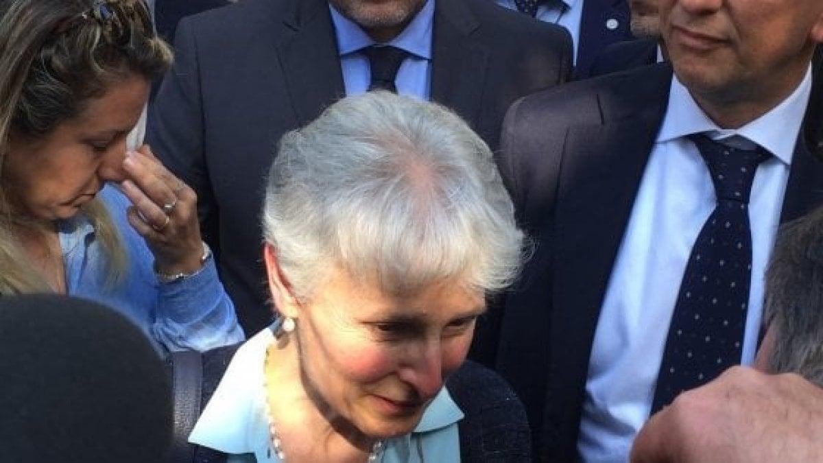 """Palermo, prof sospesa torna a scuola: """"Felice di rientrare"""". Quindici rose dai suoi studenti"""