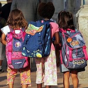 I bambini non le fanno il regalo di fine anno: la maestra li sgrida e i genitori si ribellano