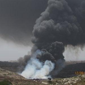 Lampedusa, incendio nel centro di raccolta rifiuti: Vigili del fuoco al lavoro da ore, Canadair in azione