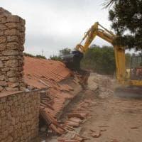 Isola dei Conigli, Patronaggio avvia le demolizioni. Dopo quindici anni, giù tre ville