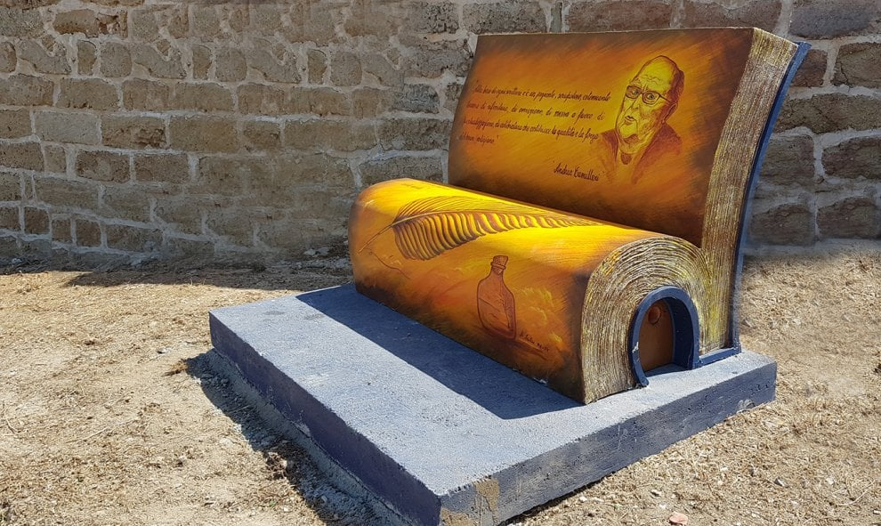 A Terrasini spuntano le panchine letterarie: una è per Andrea Camilleri