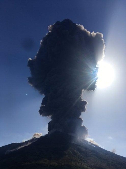 Violente esplosioni sullo Stromboli, le immagini dell'eruzione