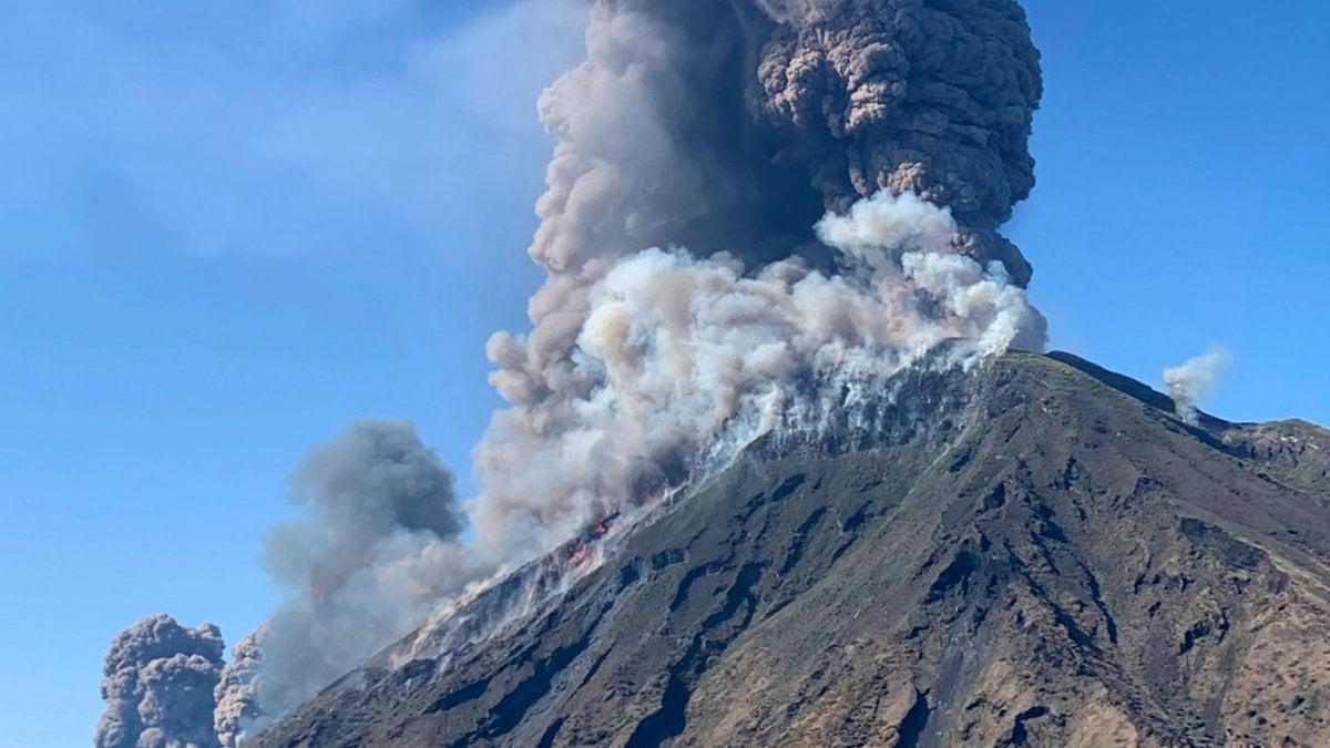 """Stromboli, dopo l'eruzione ancora incendi. Il sopravvissuto: """"Mi sento un miracolato"""""""