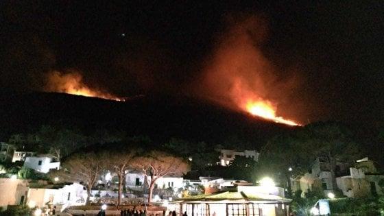 Notte di incendi in Sicilia Occidentale, a Calampiso evacuato un villaggio turistico