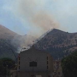 Palermo, incendio sulla strada di Bellolampo: i compattatori ricominciano a scaricare