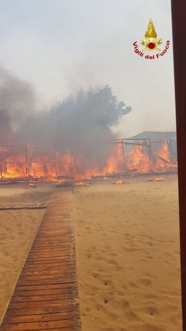 Incendi: a Catania a fuoco il lido Europa alla Plaia, i bagnanti fuggono in mare