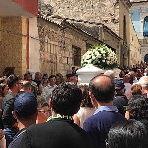 """Vittoria, funerali del piccolo Alessio. Il padre: """"Chiedo giustizia. Per questo dolore lasceremo anche la casa dove viviamo"""""""