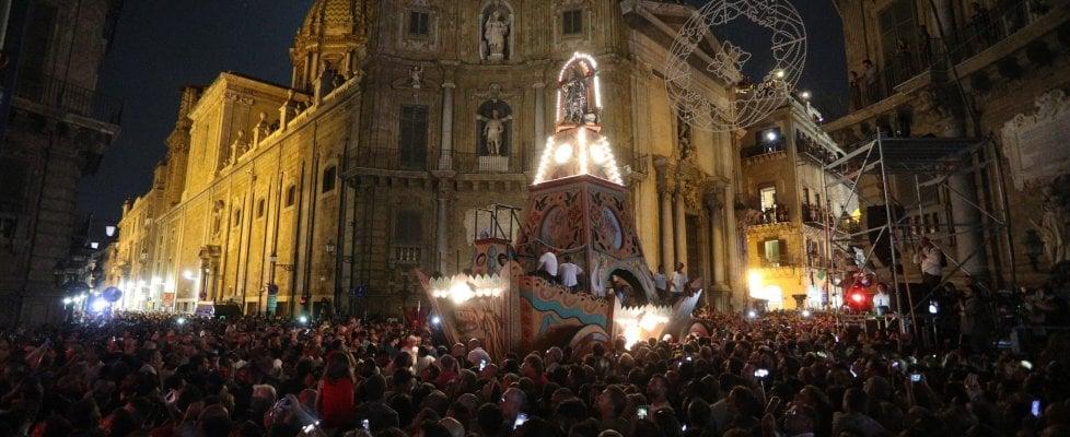 Palermo, la Santuzza bagnata dalla pioggia non ferma i palermitani: in 500mila al Festino