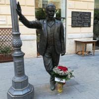 Porto Empedocle, fiori per Camilleri ai piedi della statua di Montalbano