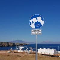 """Terrasini, il cartello del Comune in lungomare: """"Qui è obbligatorio baciarsi"""""""