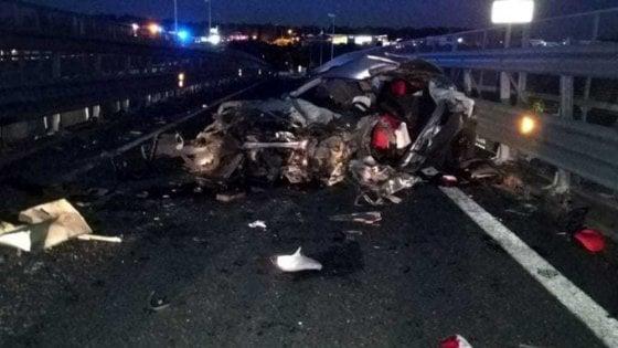Catania, in otto su una macchina che sfonda il guardrail: un morto