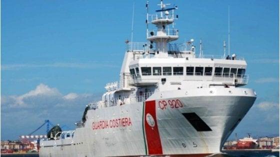 Migranti, nuovo stallo navale: stavolta Salvini nega lo sbarco anche a una nave della Guardia Costiera